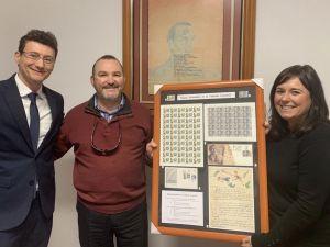 El oriolano Juan Francisco Cayuelas dona a Orihuela los dos únicos sellos dedicados a Miguel Hernández
