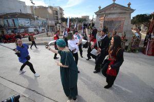 El Medio Año Festero congrega a cientos de personas en el acto de la Toma del Puente como preludio de las fiestas de San Pedro Apóstol