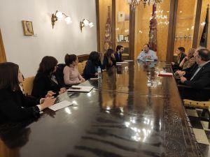 El alcalde se reúne con los padres y madres de los alumnos afectados por el cierre de Escuela Infantil de La Murada